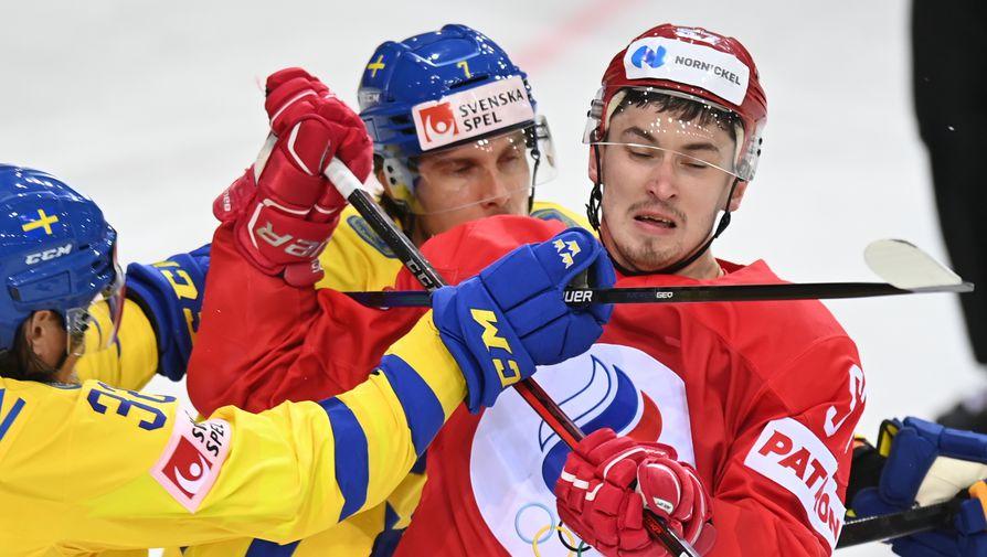 Магнус Нюгрен (Швеция), Хенрик Теммернес (Швеция) и Артем Швец-Роговой (Россия) в матче группового этапа чемпионата мира по хоккею 2021 между сборными командами России и Швеции