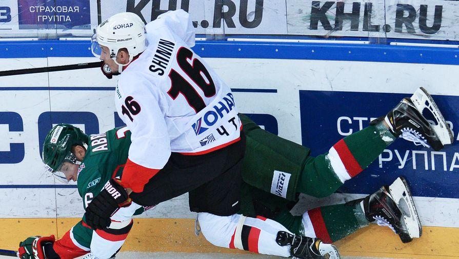 Игрок ХК «Ак Барс» Роман Абросимов (слева) и игрок ХК «Трактор» Александр Шинин.