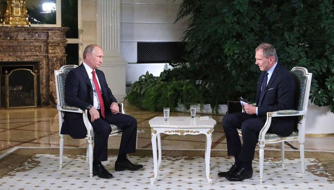 Президент России Владимир Путин и ведущий австрийской телерадиокомпании ORF Армин Вольф во время...