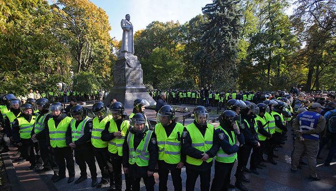 Сотрудники правоохранительных органов в оцеплении вокруг памятника генералу Ватутину в Мариинском парке Киева, 14 октября 2018 года