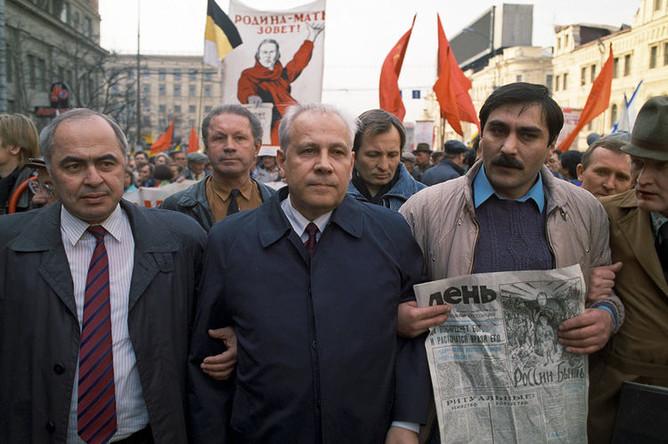 Анатолий Лукьянов (в центре) во время митинга накануне всероссийского референдума о доверии президенту Борису Ельцину, на Тверской улице, 1993 год