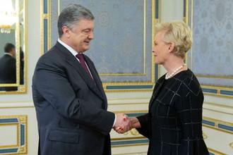 Президент Украины Петр Порошенко и вдова сенатора США Джона Маккейна Синди Маккейн