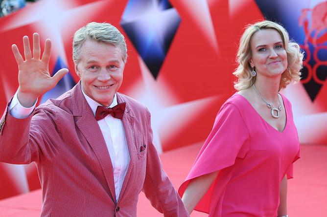 Актер Александр Кузнецов с невестой Кристиной перед началом церемонии закрытия Московского кинофестиваля, 2016 год