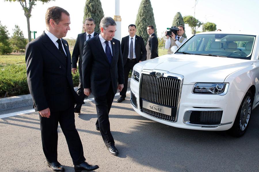 Дмитрий Медведев и президент Туркмении Гурбангулы Бердымухамедов уавтомобиля Aurus Senat