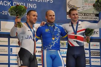 Чемпион Европы по велотреку в спринте Денис Дмитриев на пьедестале (в центре)