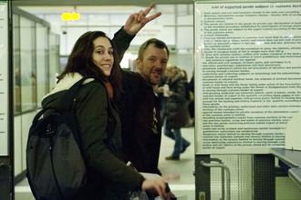 Активисты Greenpeace Александра Харрис и Фил Болл покидают аэропорт Пулково в Санкт-Петербурге