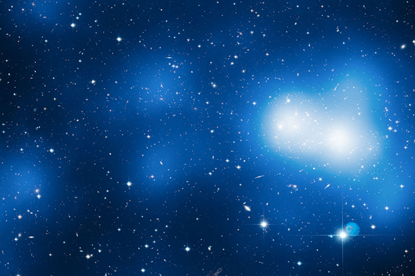 ����������� ��������� �������� MACS J0717.5+3745 � ������������� ������ ����� (������� ����). ����������: spacetelescope.org
