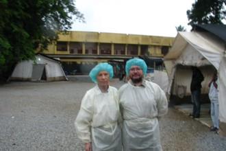 Академик РАН д.м.н. В.В. Малеев и д.б.н. М.Ю. Щелканов в палаточном обсервационном центре на территории госпиталя «Донка» (г. Конакри)