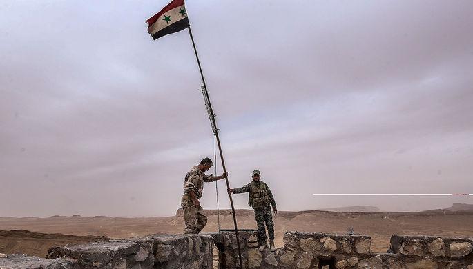 Флаг Сирии на вершине замка Фахр ад-Дина