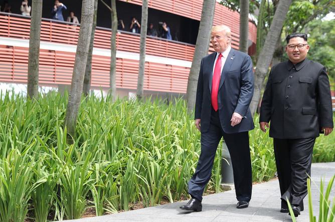 Президент США Дональд Трамп и высший руководитель КНДР Ким Чен Ын во время встречи на острове Сентоса в Сингапуре, 12 июня 2018 года