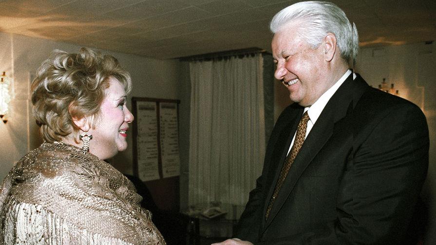 Президент России Борис Ельцин с главным режиссером театра «Современник» Галиной Волчек после просмотра спектакля «Ревизор», 1996 год
