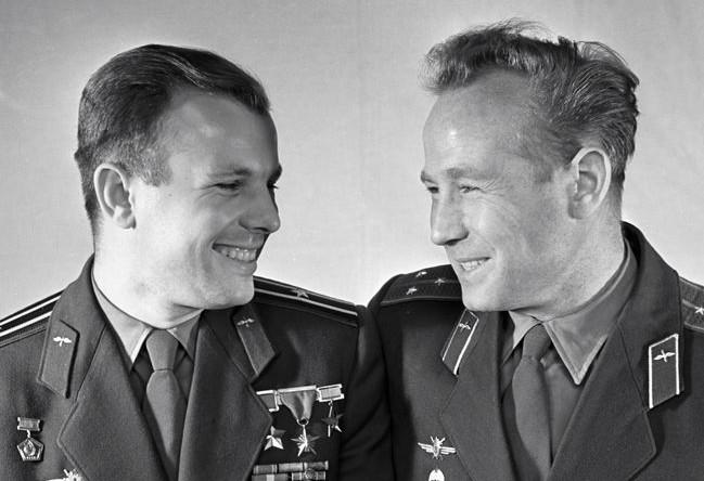 Летчики-космонавты Юрий Гагарин (слева) и Алексей Леонов (справа), 1965 год