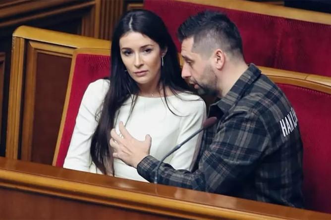 Председатель фракции «Слуга народа» Давид Арахамия и его коллега по партии Ольга Савченко, 30 октября 2019 года