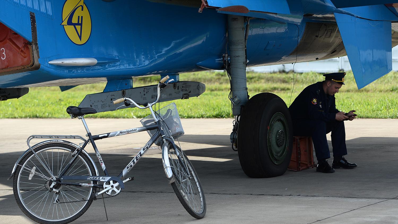У многоцелевого истребителя Су-27 пилотажной группы «Русские Витязи» перед авиационным шоу на аэродроме в Кубинке в рамках Международного военно-технического форума «АРМИЯ-2016»