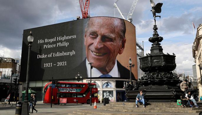 Экран с изображением принца Филиппа на площади Пикадилли в Лондоне, 9 апреля 2021 года