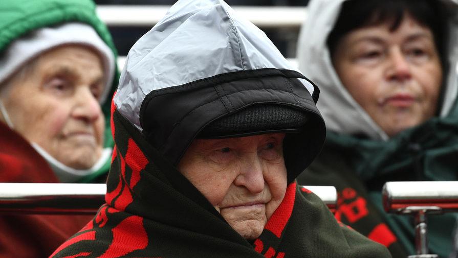 Ветераны на трибуне во время военного парада в честь 76-й годовщины Победы в Великой Отечественной войне на Красной площади в Москве, 9 мая 2021 года
