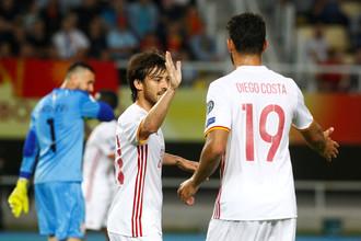 Авторы голов в ворота сборной Македонии Давид Сильва и Диего Коста поздравляют друг друга
