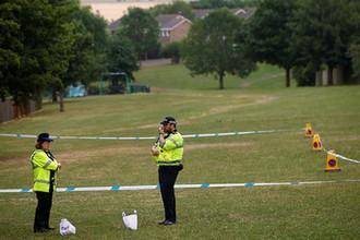 Сотрудники британской полиции на игровой площадке около баптистской церкви после инцидента с отравлением в Эймсбери, 4 июля 2018 года