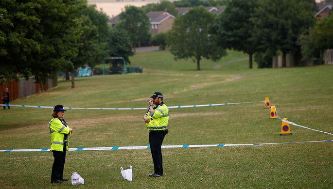 Сотрудники британской полиции на игровой площадке около баптистской церкви после инцидента с...