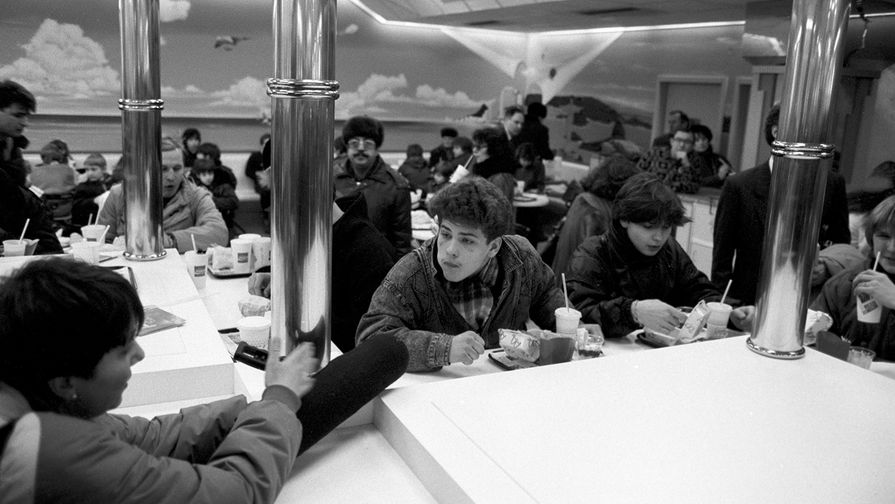 Посетители первого в Советском Союзе ресторана «Макдоналдс» на Пушкинской площади в Москве, 31 января 1990 года