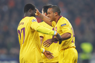 Бывший футболист «Арсенала» Эммануэль Эбуэ (справа)