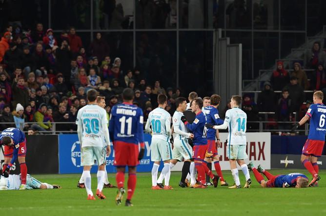 Игроки ЦСКА и игроки ФК «Зенит» в матче 14-го тура чемпионата России
