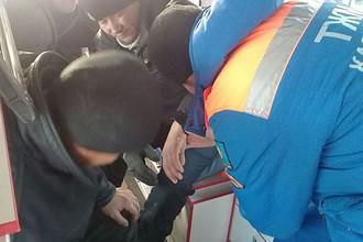 Медики на месте возгорания в автобусе в Актюбинской области Казахстана, 18 января 2018 года