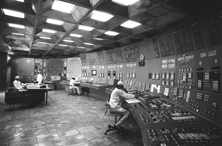 В помещении блочного щита управления энергоблока Чернобыльской атомной электростанции в городе Припять за несколько месяцев до катастрофы, ноябрь 1985 года