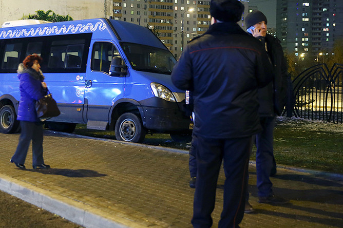 Маршрутное такси № 528, которое въехало на остановку общественного транспорта на Краснодарской улице в районе Люблино