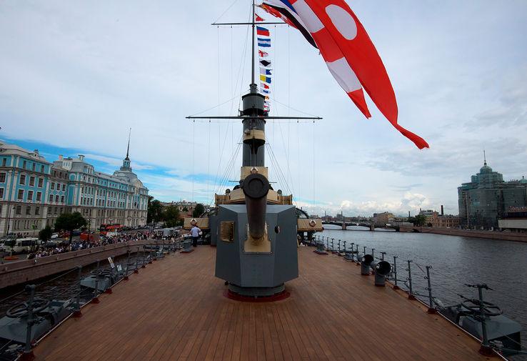 Крейсер «Аврора», открывшийся после реставрации для посетителей, у Петроградской набережной в Санкт-Петербурге