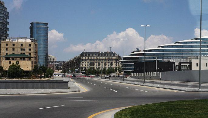 Центральные улицы Баку начали перекрывать примерно за десять дней до гонки для строительства трассы...