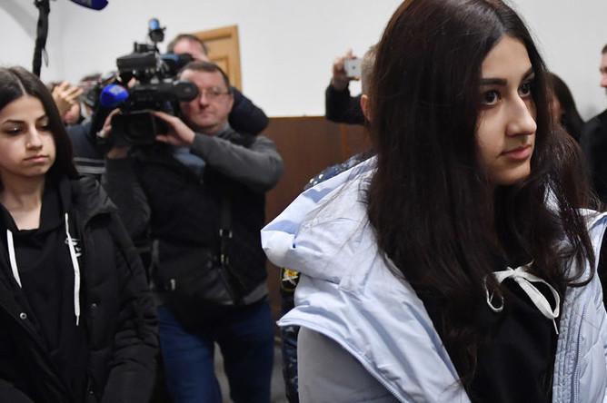Кристина Хачатурян (справа) и Ангелина Хачатурян в Басманном суде Москвы, декабрь 2018 года