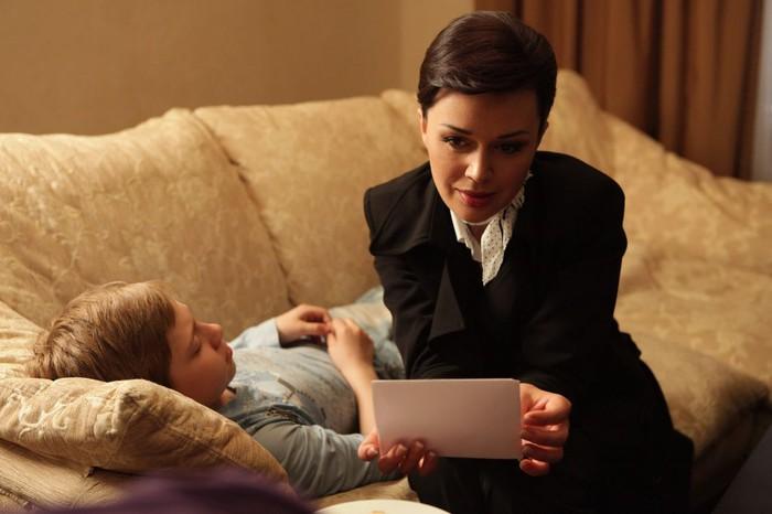 Поскольку дело происходит 8марта, авторы эпизодически озабочиваются напредмет, чтобы эдакого оригинального подарить героиням-мамам.