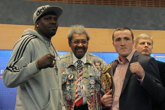 Еще в апреле Андрей Рябинский (крайний справа) предпочитал держаться в тени Дона Кинга. А теперь стремительно выходит на первые роли в мировом боксе