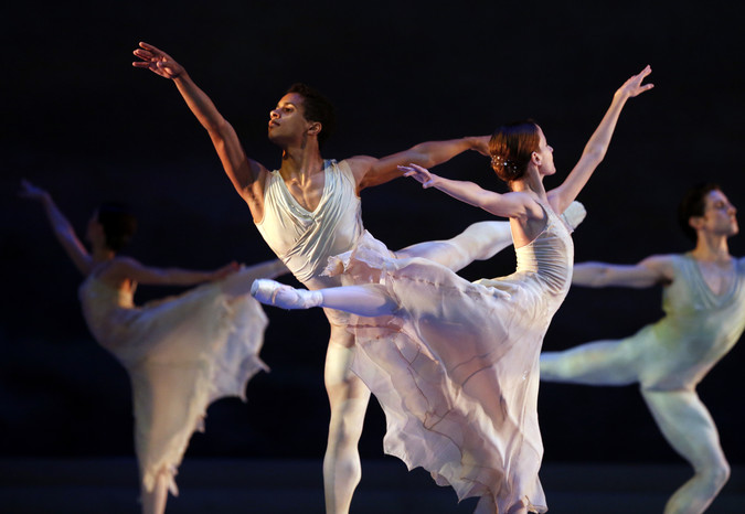 Сцена изодноактного балета «Рапсодия», представленного Королевским балетом Ковент-Гарден насцене Большого театра