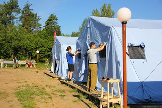 Проживание — в палаточном лагере. В каждой палатке — самодельные двухэтажные кровати, электричество