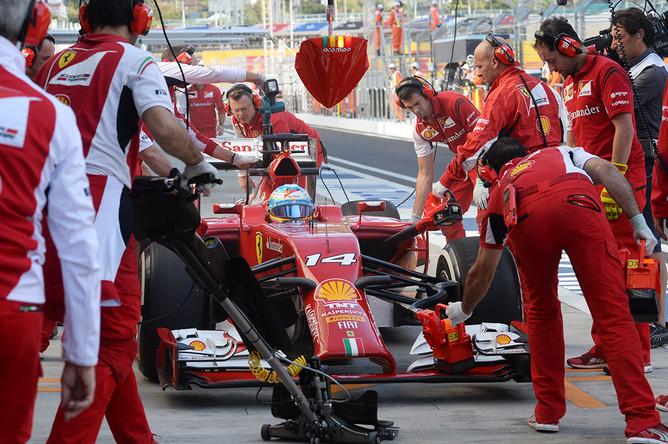 Гонщик команды «Феррари» Фернандо Алонсо во время пит-стопа в свободных заездах на российском этапе чемпионата мира по кольцевым автогонкам в классе «Формула-1»