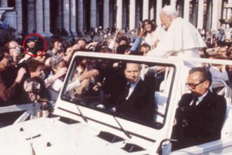 Папа Римский Иоанн Павел II был ранен во время проезда в открытой машине по площади Святого Петра в Риме 13 мая 1981 года. Папа был ранен в живот и в руку. На фото слева можно увидеть пистолет в руке преступника