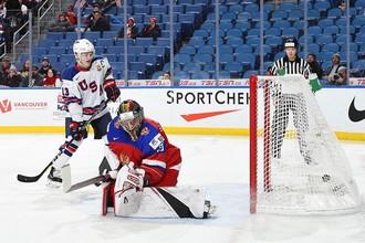 Сборная России пропускает шайбу от США на молодежном чемпионате мира по хоккею