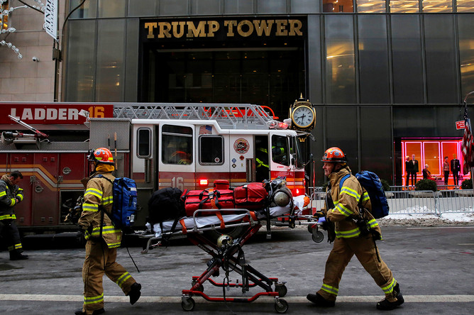 Сотрудники пожарного департамента Нью-Йорка у Трамп-тауэр на Манхэттене, 8 января 2018 года