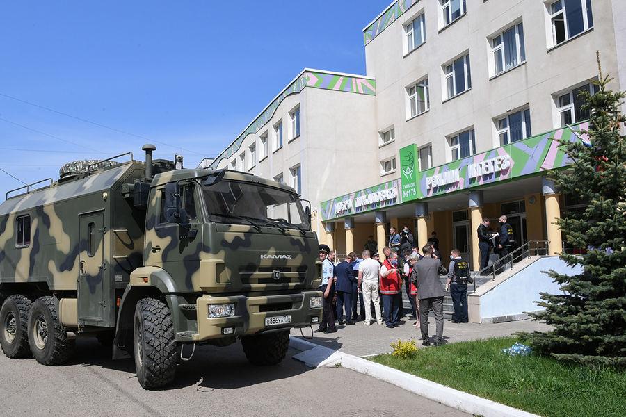 На месте стрельбы в гимназии №175 в Казани, 11 мая 2021 года