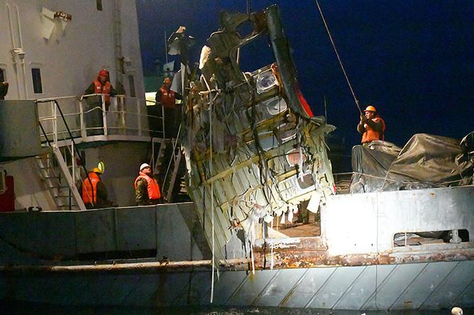 Обломки потерпевшего крушение самолета Ту-154 Минобороны России при подъеме на борт судна во время поисковой операции около Сочи, 26 декабря 2016 года