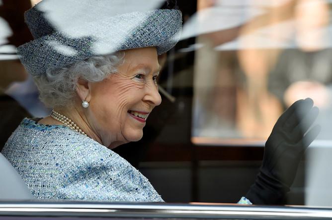 Королева Великобритании Елизавета II покидает Музей национальной армии в Лондоне, 16 марта 2017 года