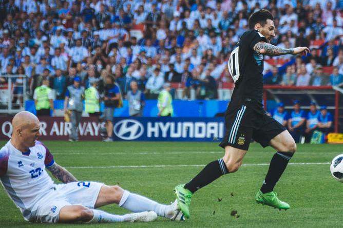 Игроки Йон Бедварссон и Лионель Месси во время матча группового этапа между сборными Аргентины и Исландии на стадионе Спартак в Москве, 16 июня 2018 года