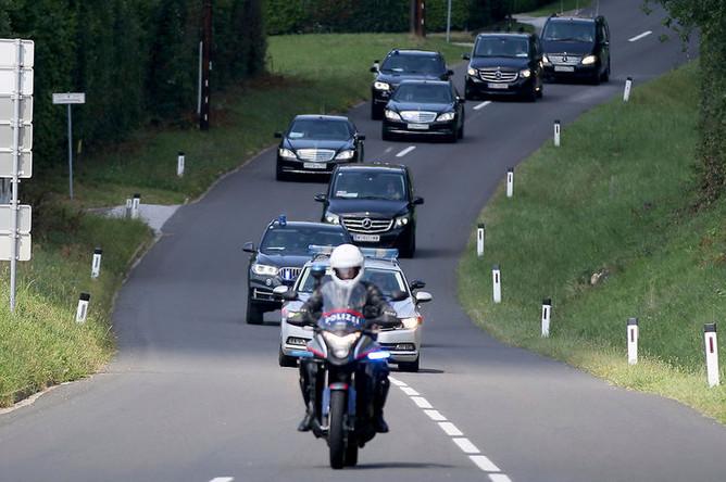 Кортеж Владимира Путина прибывает на свадьбу министра иностранных дел Германии Карин Кнайсль и Вольфганда Майлингера в Гамлице, Австрия, 18 августа 2018 года