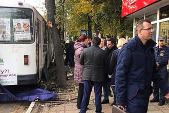 Троллейбус, совершивший наезд на остановку общественного транспорта в городе Орел, 9 октября 2018 года