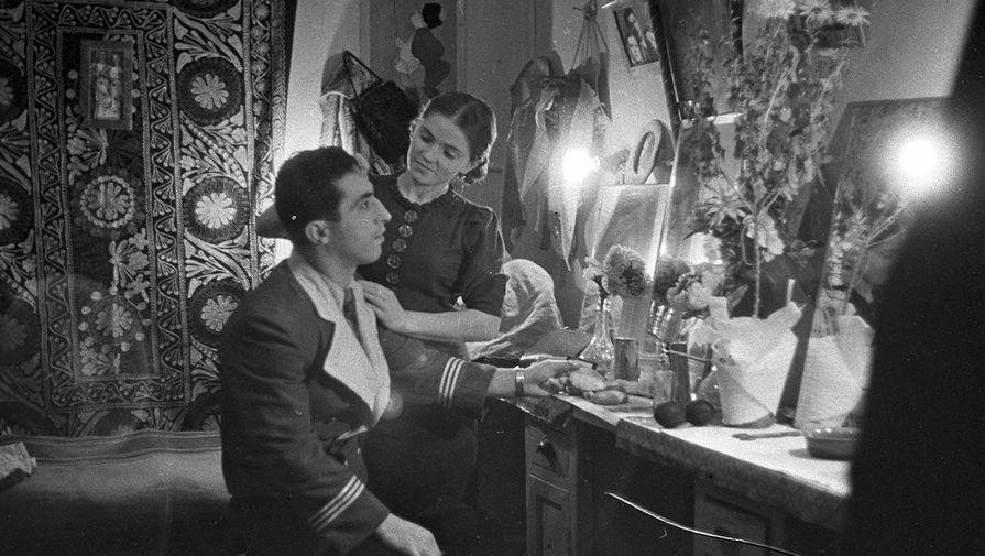 Заслуженный артист РСФСР Михаил Румянцев (клоун Карандаш) в гримерной цирка, 1939 год