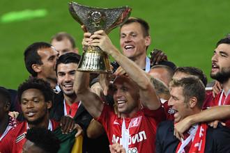 Капитан «Спартака» Денис Глушаков поднимает над головой трофей, завоеванный в матче за Суперкубок России