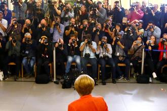Журналисты и канцлер ФРГ Ангела Меркель во время голосования в Берлине, 24 сентября 2017 года