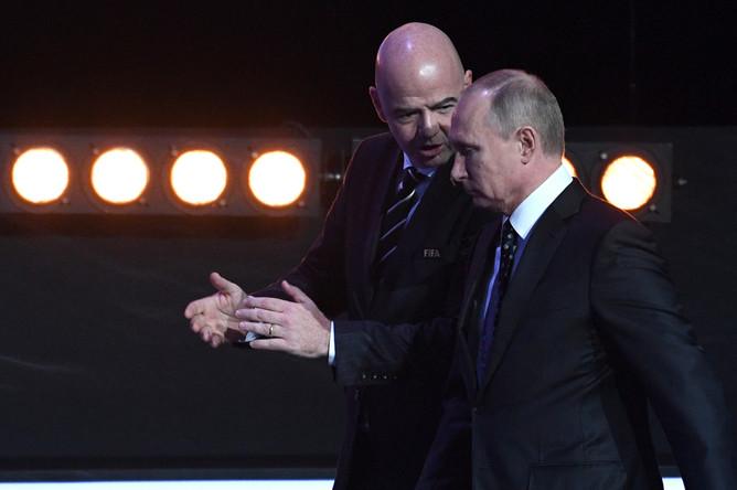 Президент FIFA Джанни Инфантино и президент России Владимир Путин во время жеребьевки ЧМ-2018 по футболу в Москве, 1 декабря 2017 года